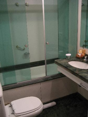Quality Suites Oscar Freire: Perfectly sufficient bathroom