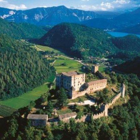 Pergine Valsugana, Italy: Castel Pergine dall'alto con il lago di Caldonazzo