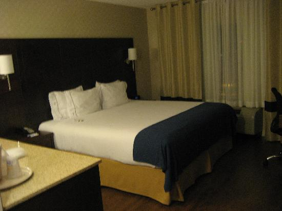 Holiday Inn Express Toronto - Markham: Big comfy bed. large counter to the left (mini fridge, too)
