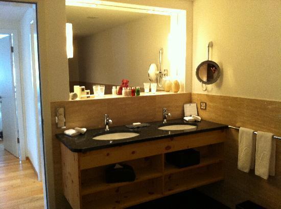 Hotel Paradies: Partial view of Bathroom