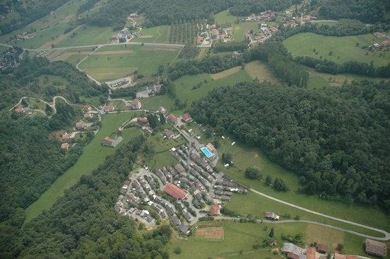 Roccaforte Mondovi, إيطاليا: Foto aerea del camping BELLAVITA