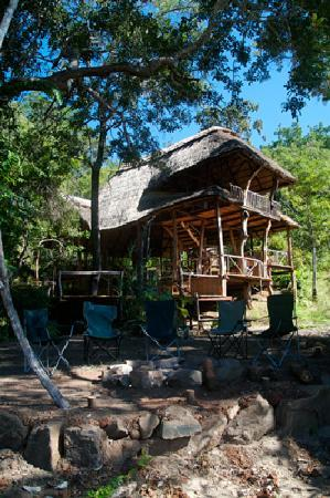 Bua River Lodge: The lodge in the daytime