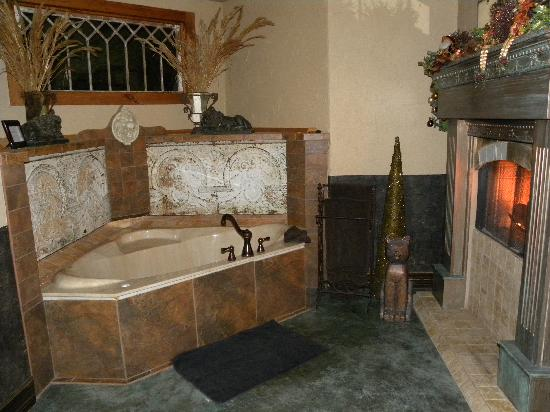 Cat's Meow Bed & Breakfast: Spa bathtub for 2, with fireplace burning