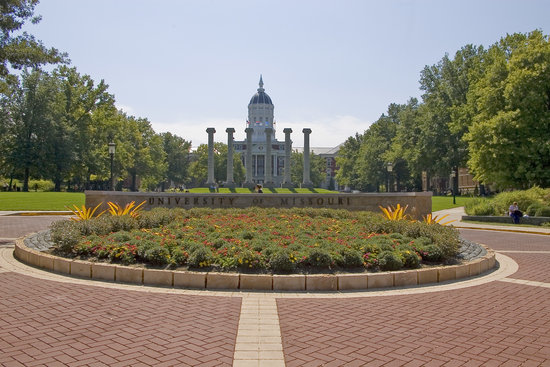 Columbia, Миссури: The iconic Columns and Jesse Hall on the University of Missouri campus