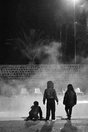 Sardara, Italien: Notturna, bambini stupiti dal Vapore termale