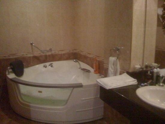 โรงแรมแองเจเลส บีช คลับ: room for three. 2nd floor jacuzzi room front building