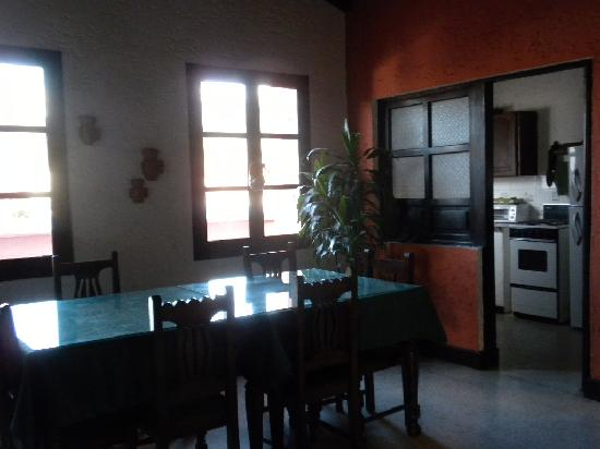 Hotel Posada San Pedro: kitchen and dining area