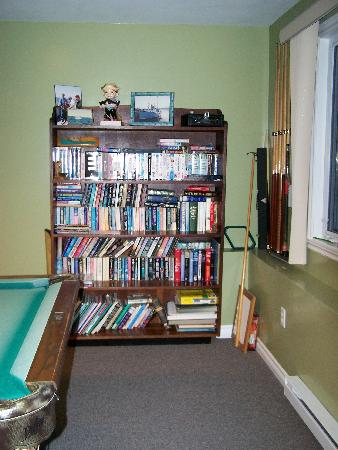Eastern Passage Bed & Breakfast: Library