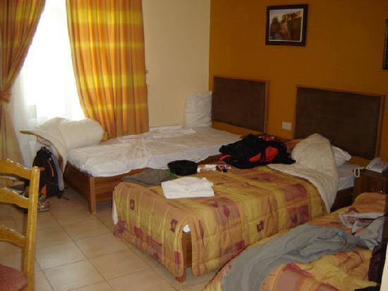 Habitación triple. Mariam Hotel. Madaba. Jordania.