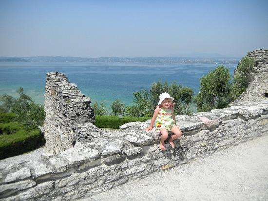 Sirmione, Italia: Lake view from Roman ruins