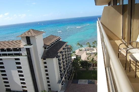 Embassy Suites by Hilton Waikiki Beach Walk : partial view from balcony