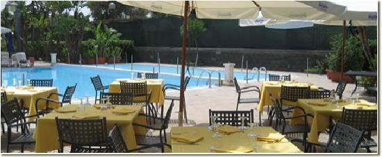 Mascali, Italy: Il ristorante a bordo piscina