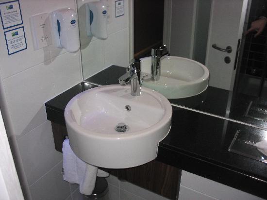 Holiday Inn Express Cambridge Duxford M11 Jct 10: Basin in the bathroom