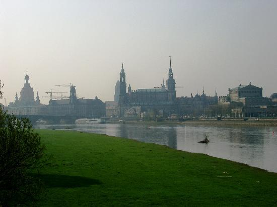 Blick von der Elbe auf Dresden