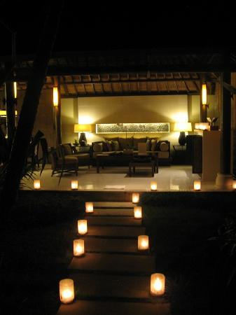 Villa Air Bali Boutique Resort & Spa: View of candle-lit walkway into villa