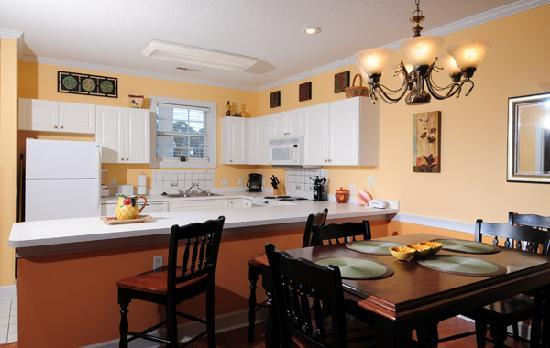 Myrtlewood Villas: Dining/Kitchen area