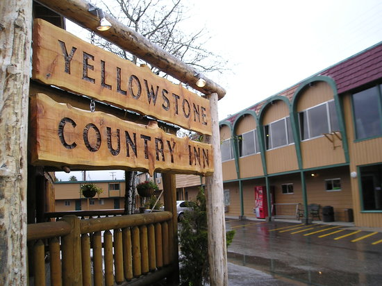 Yellowstone Country Inn: The sign in front of the office.