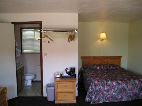 Yellowstone Country Inn: One of our standard rooms.