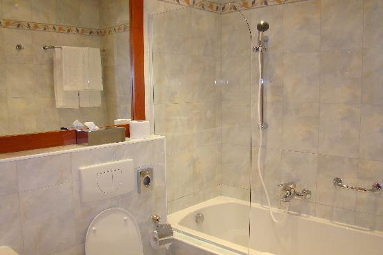 Hotel Pension Corvinus: Bathroom in double room