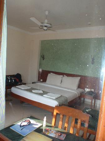 Sun City Resort: Picture in mirror of room with the black stains that were on the mirror