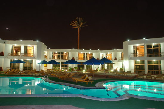 Sharm Elysee Resort: Pool view at night