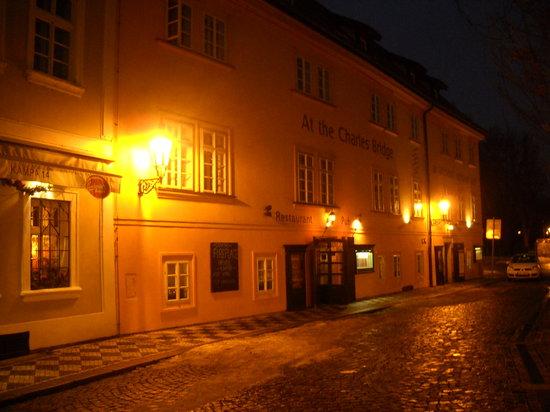 Archibald U Karlova Mostu : l'ingresso adiacente a quello dell'albergo