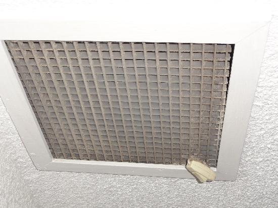 Hotel Tortuga Acapulco: Air conditioner - filthy never cleaned