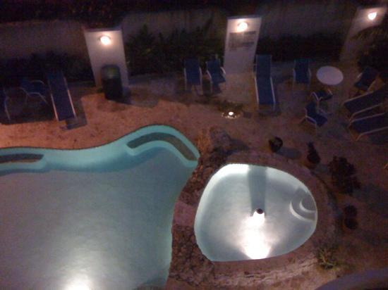 Comfort Inn & Suites Levittown: pool area