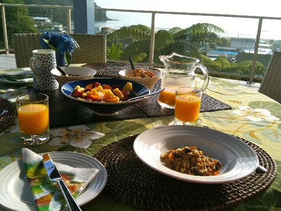 Seagulls Bed & Breakfast: Breakfast overlooking Waihi Beach