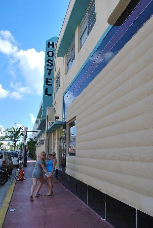 Miami Beach International Traveler's Hostel: On the sidewalk out front