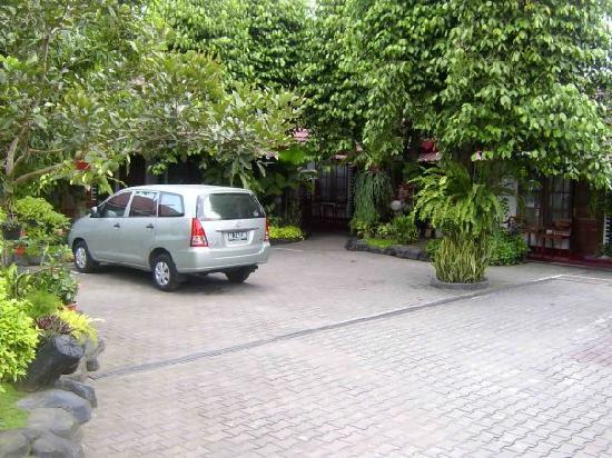 Hotel Kusuma : parking area