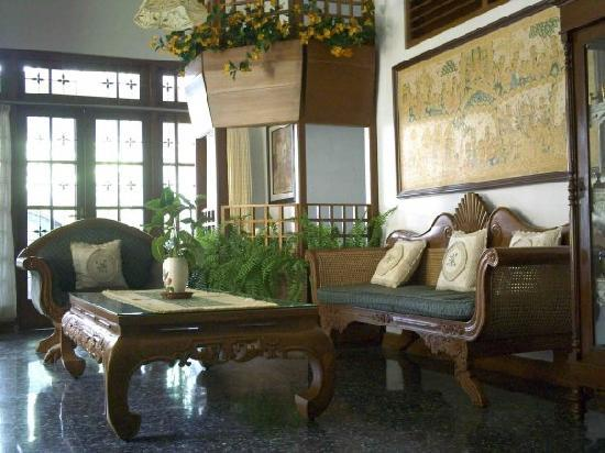Hotel Kusuma: family room on pavillion