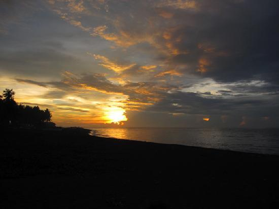 Camiguin Action Geckos Dive & Adventure Resort: Beautiful and colorful sunset