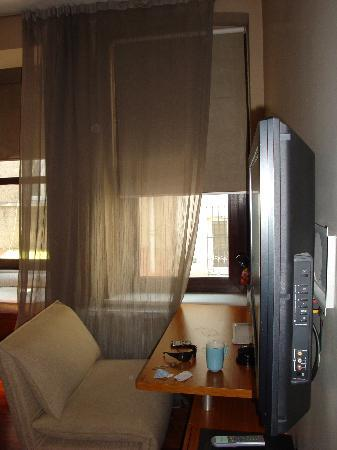 I'zaz Lofts: Second Floor Room