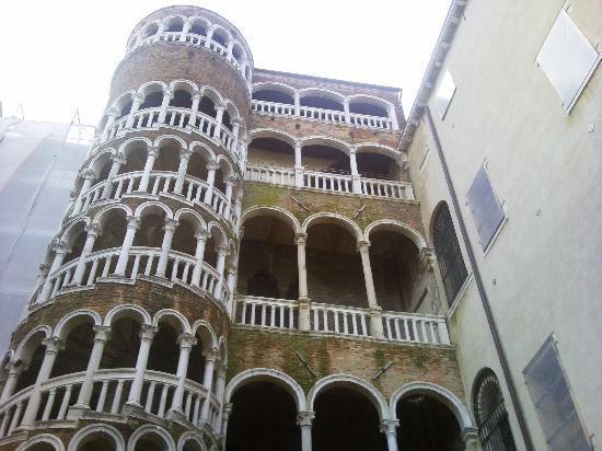 Alloggi alla Scala: palazzo contarini del bovolo (di fianco all'hotel)