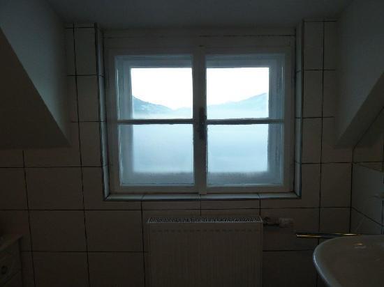 Hotel Schloss Mittersill: Blick Durchs Badezimmer Fenster 1