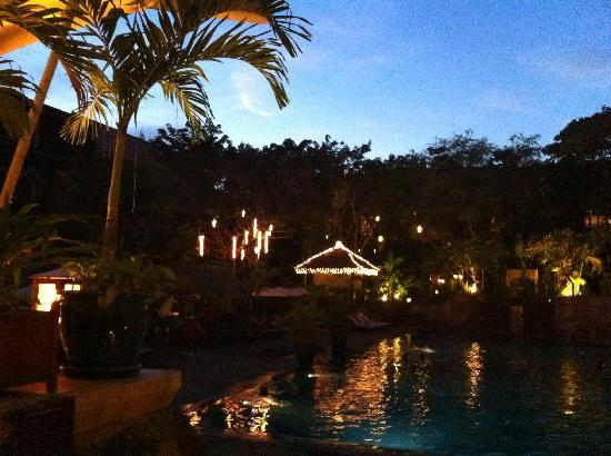 Victoria Angkor Resort & Spa: Evening view from pool
