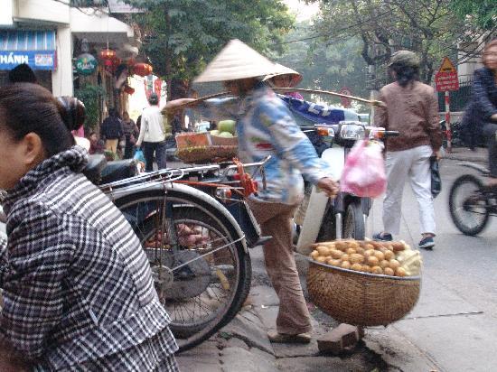 Hoan Kiem Lake Hotel: street outside in the Old Quarter