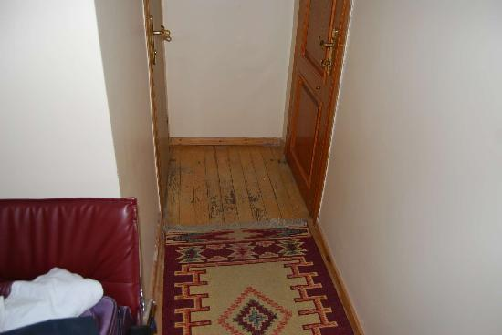Hotel Yunus Emre: ingresso camera / bagno
