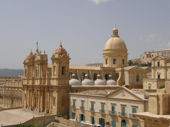 Noto, Italia: cattedrale dal tetto del monastero di fronte