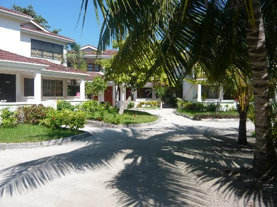 Belize Tradewinds Paradise Villas: Condo Grounds