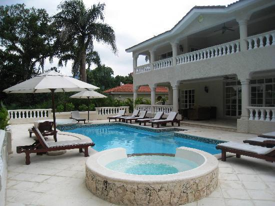 The Crown Villas at Lifestyle Holidays Vacation Resort: Our private pool with jacuzzi