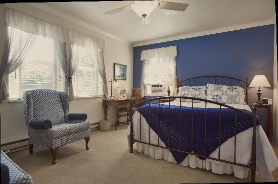 The Oval Door Bed and Breakfast Inn: forget me not room