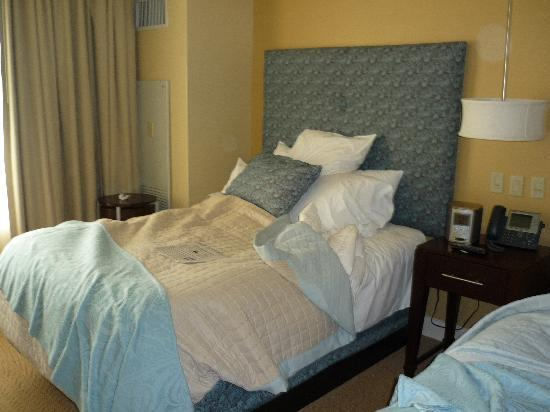 Mount Airy Casino Resort: Excellent bedding - Room with 2 Queen beds