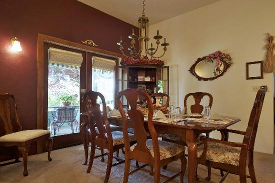 The Oval Door Bed and Breakfast Inn: dining room