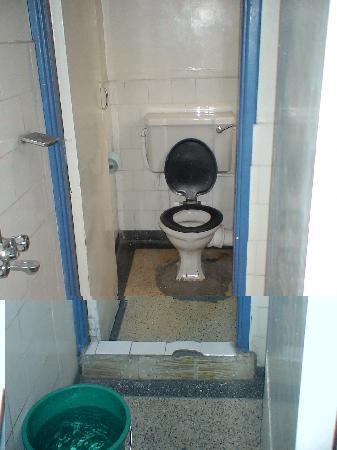 Hotel Embassy: Baño de la habitación del día 1
