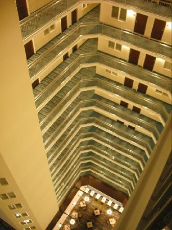 Embassy Suites by Hilton Denver - Downtown / Convention Center: The view of the Atrium from the 17th floor!