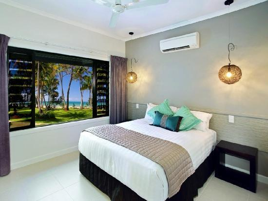 Castaways Resort & Spa Mission Beach: Main bedroom of a 2 bedroom apartment - absolute beachfront and overlooking one of the resorts 2