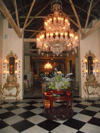 La Residence: Lobby at night