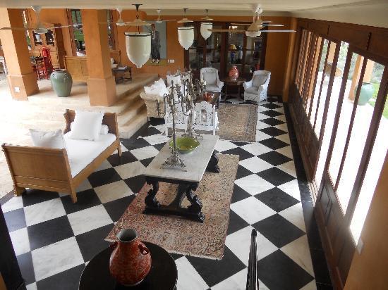 La Residence: Lounge area overlooking grounds and lake